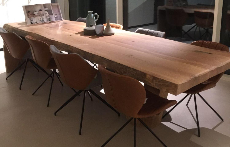Boomstamtafel met houten driepoot