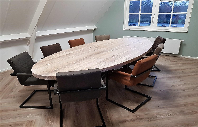 Ovale eikenhouten tafel